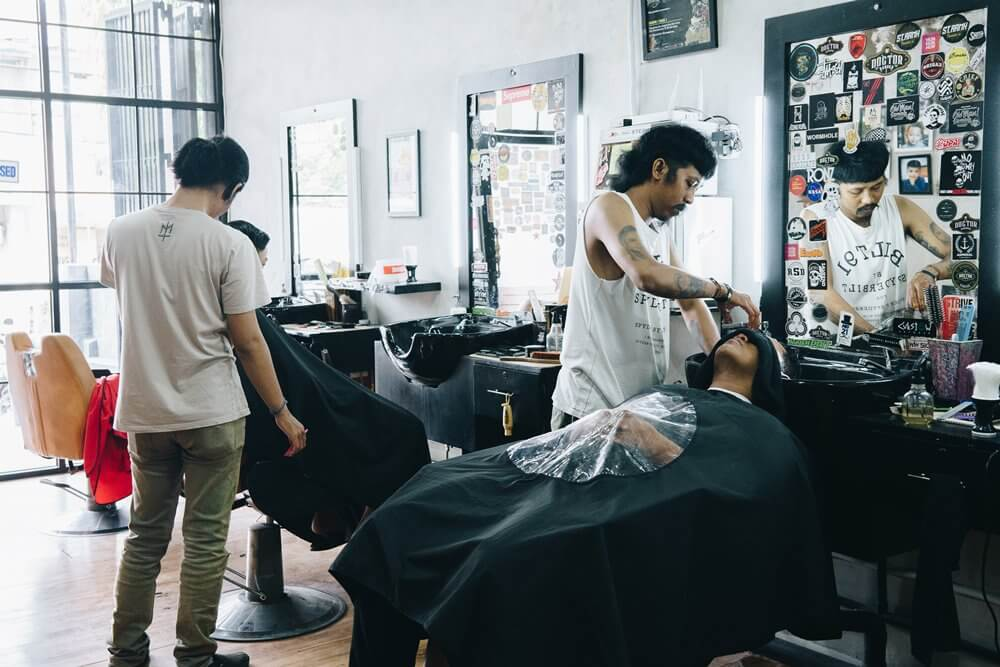 Doctor Barber Barbershop Gaul Langganan Pesepak Bola Makassar (2)