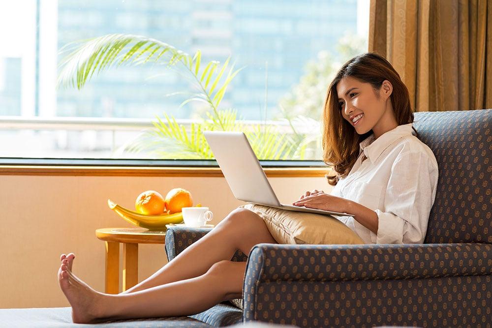 bermain laptop di rumah - menjadi seorang bloggger