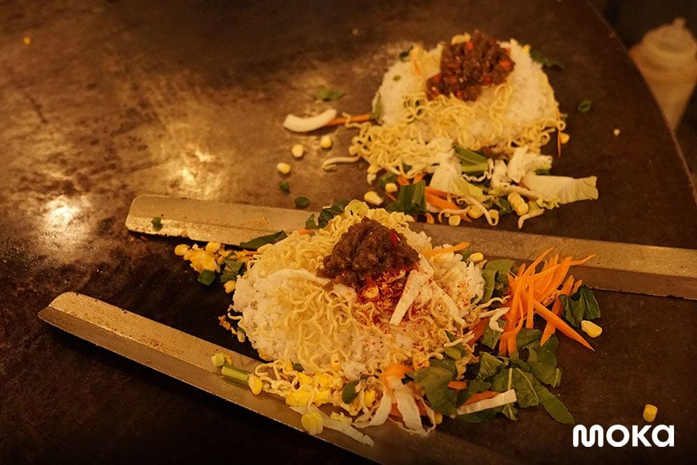 Nasi Goreng Simongol Bandung, Cara Memasak yang Unik Bikin Viral! (2)