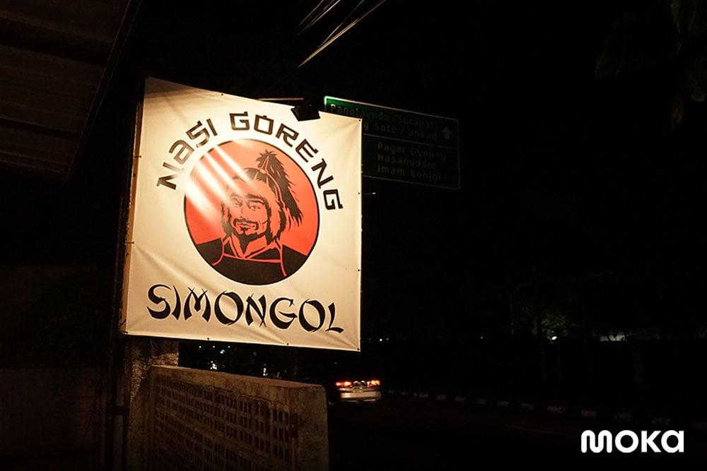 Nasi Goreng Simongol Bandung, Cara Memasak yang Unik Bikin Viral! (3)