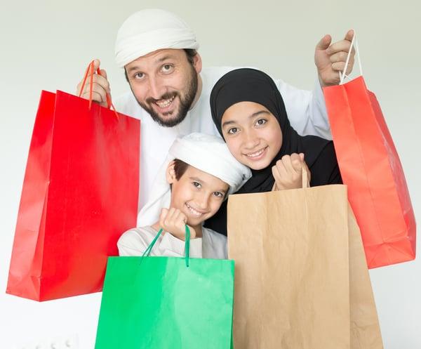 """Dari kacamata bisnis, bulan Ramadan dilihat sebagai momentum untuk menuai untung. Khususnya di industri ritel, di mana banyak pelanggan akan membeli barang-barang baru untuk """"menyegarkan"""" atau """"memperbarui"""" penampilan dan gaya mereka setelah 11 bulan menggunakan produk yang sama. Entah itu pakaian, aksesoris, atau alat elektronik menjadi incaran para pelanggan terlepas dari usia atau agamanya. Kebutuhan para pelanggan untuk membeli barang baru ini juga didasari oleh berbagai faktor, khususnya dari faktor siber-sosial. Kehadiran media sosial seperti Instagram dan Facebook untuk memasarkan produk tentu membuka akses selebar-lebarnya bagi konsumen potensial.  Dengan perubahan model pemasaran bisnis seperti ini, kami pun mengamati kebiasaan berbelanja pelanggan saat bulan Ramadan di tahun 2018. Barang-barang seperti baju muslim, sepatu, dan gadget ternyata masih memiliki jumlah permintaan yang tinggi di Indonesia. Untuk itu, berikut adalah tiga data paling menarik seputar kebiasaan berbelanja pelanggan di industri ritel pada bulan Ramadan 2018.  Hijab sang primadona pakaian muslim Memang, tren bisnis di industri ritel saat bulan suci ini tidak jauh-jauh dengan pakaian muslim. Di tahun 2018, salah satu jenis pakaian muslim yang paling banyak diincar adalah hijab. Penutup kepala bagi perempuan ini ternyata konsisten memiliki jumlah permintaan yang tinggi dibandingkan barang lainnya. Dengan angka pertumbuhan sebesar hampir 80 persen, hijab menempati posisi tertinggi dibandingkan baju koko dan sarung dalam kategori pakaian muslim.  Eits, tapi hijab yang seperti apa sih? Apakah hijab berbahan pasmina atau satin yang lebih banyak digandrungi kaum perempuan? Apakah hijab yang tembus pandang atau tebal? Bagaimana dengan warnanya? Apakah ternyata rata-rata pelanggan lebih suka warna hijab yang terang benderang atau justru gelap? Lalu, apalagi sih pakaian muslim yang paling populer setelah hijab? Nah, sabar dulu. Yuk unduh e-book terbaru kami seputar kebiasaan berbelanja pelangga"""