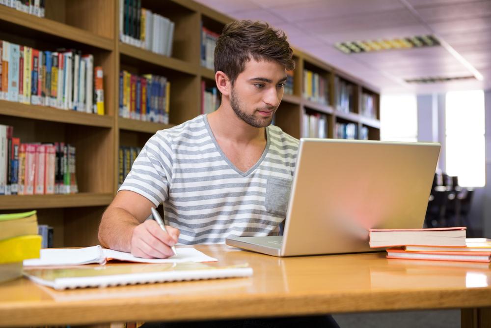 belajar dengan laptop - belajar di kampus -  Ide Bisnis Modal Kecil yang Cocok untuk Kaum Milenial
