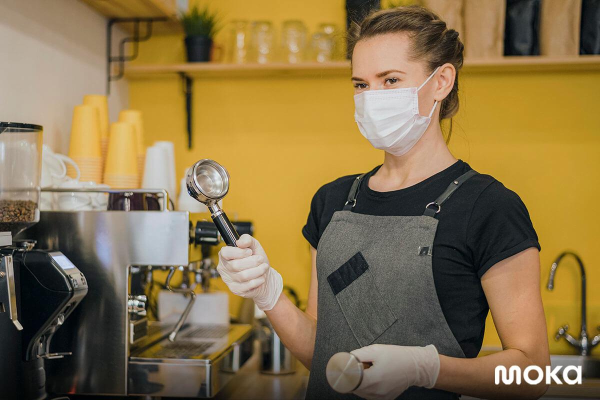 barista menggunakan masker di kedai kopi - Strategi Bisnis di Era New Normal