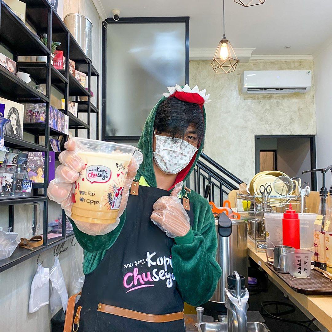 barista sedang membuat kopi chuseyo
