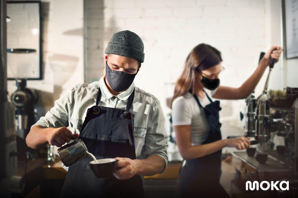 bekerja di kedai kopi - barista sedang membuat kopi - 15 Contoh Nama Kedai yang Menarik Perhatian Pelanggan, Keren!