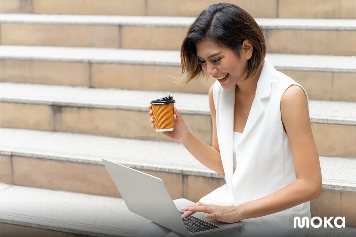 bekerja di mana saja - minum kopi