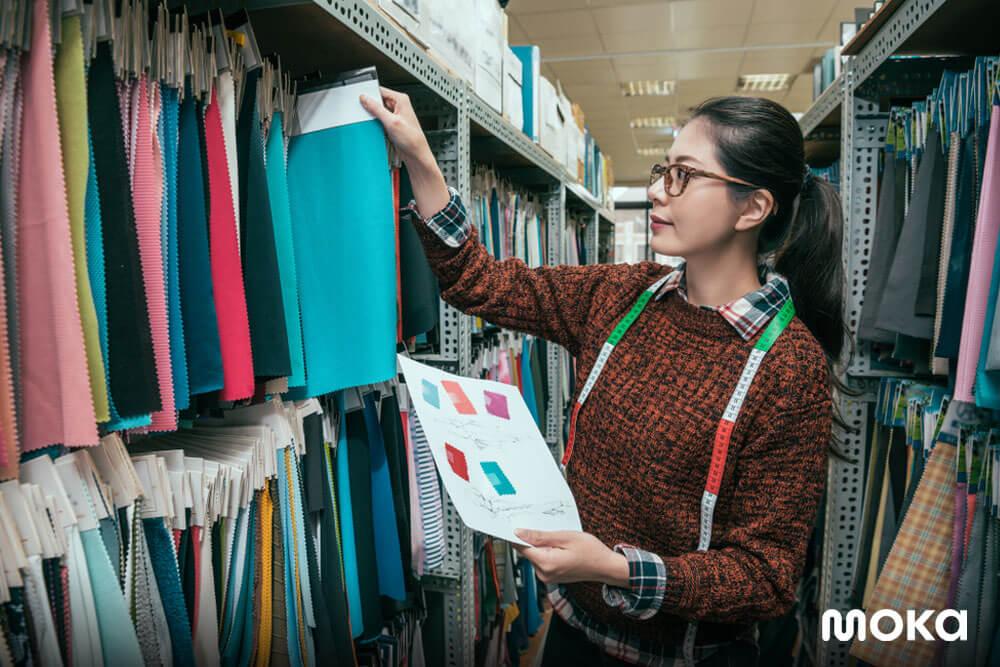 berjualan baju - ritel fashion - 12 Peluang Usaha yang Menjanjikan Berdasarkan Zodiak 2020 - Tren Bisnis Ritel Pasca COVID-19 - retailer adalah