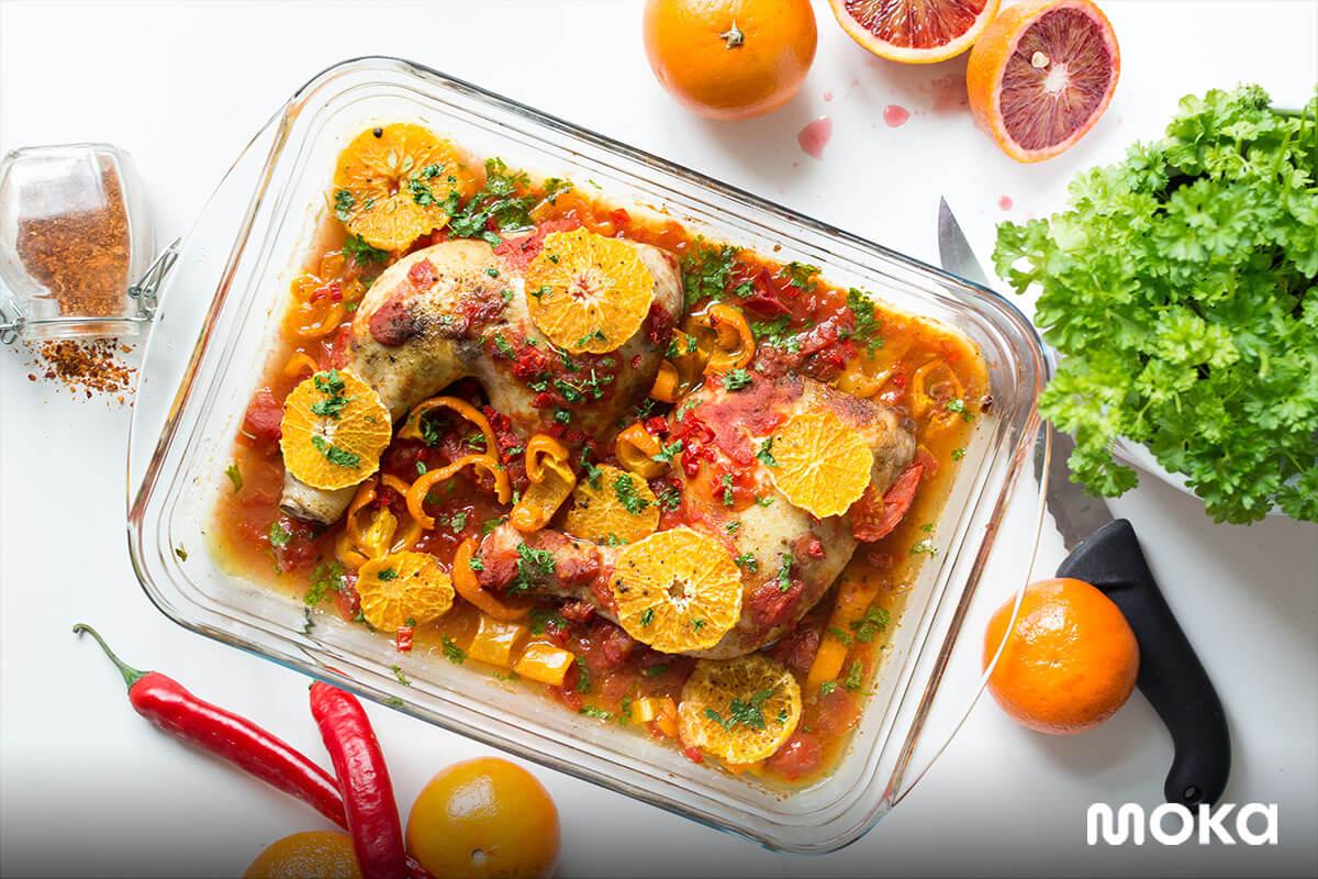 makanan dengan plating yang cantik dan bahan-bahan dari cabai dan jeruk.