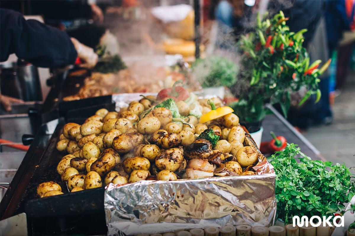 gunakan efek kepulan asap untuk makanan jalanan atau street food untuk menggugah selera pelanggan.
