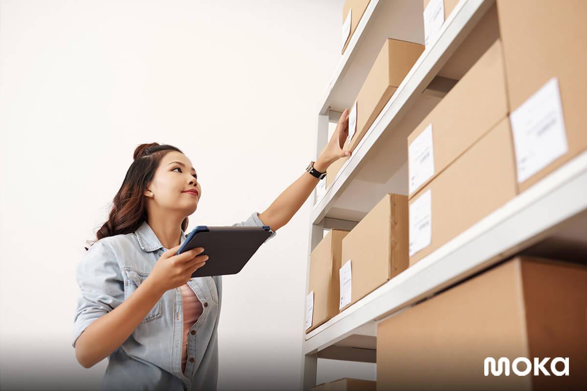 inventory management - seorang pemilik usaha sedang restock di gudang - inventaris adalah