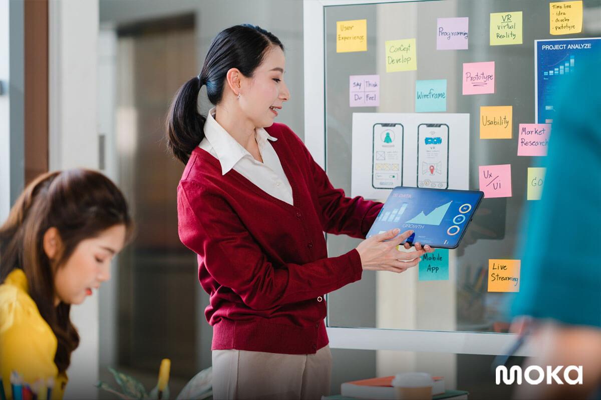 karyawan muda sedang brainstorming atau meeting - generasi milenial - bmc adalah