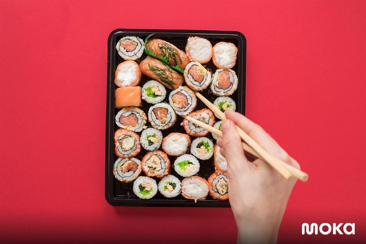 makan sushi - makanan jepang