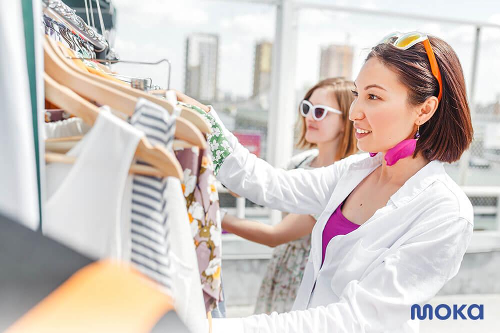 melihat baju di toko - 7 Rahasia Menarik Pelanggan Baru dan Mempertahankan Pelanggan Lama-customer database