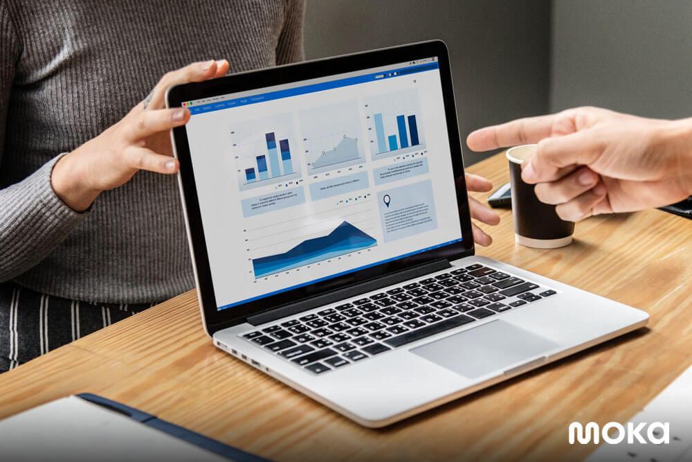 melihat laporan penjualan suatu bisnis - Panduan Lengkap Memilih Aplikasi Kasir Terbaik untuk Bisnis Anda