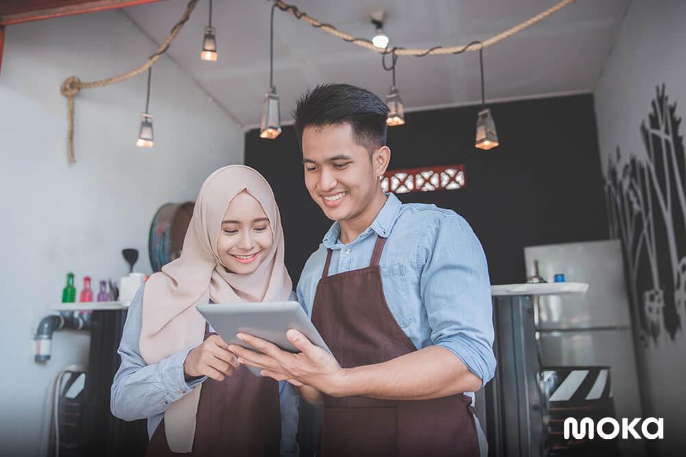 memanfaatkan aplikasi kasir untuk memudahkan operasional bisnis - 6 Tips Memilih Aplikasi Penjualan Terbaik untuk Bantu Bisnis Anda - manfaat aplikasi penjualan, aplikasi POS gratis, program kasir gratis, atau software POS gratis