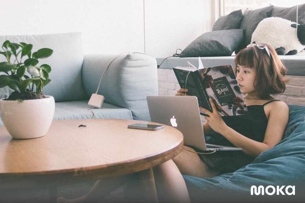 membaca buku di kala senggang, bekerja