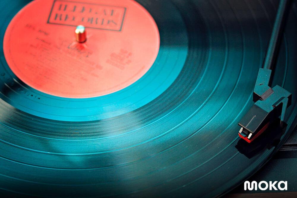 memutar musik di stand anda