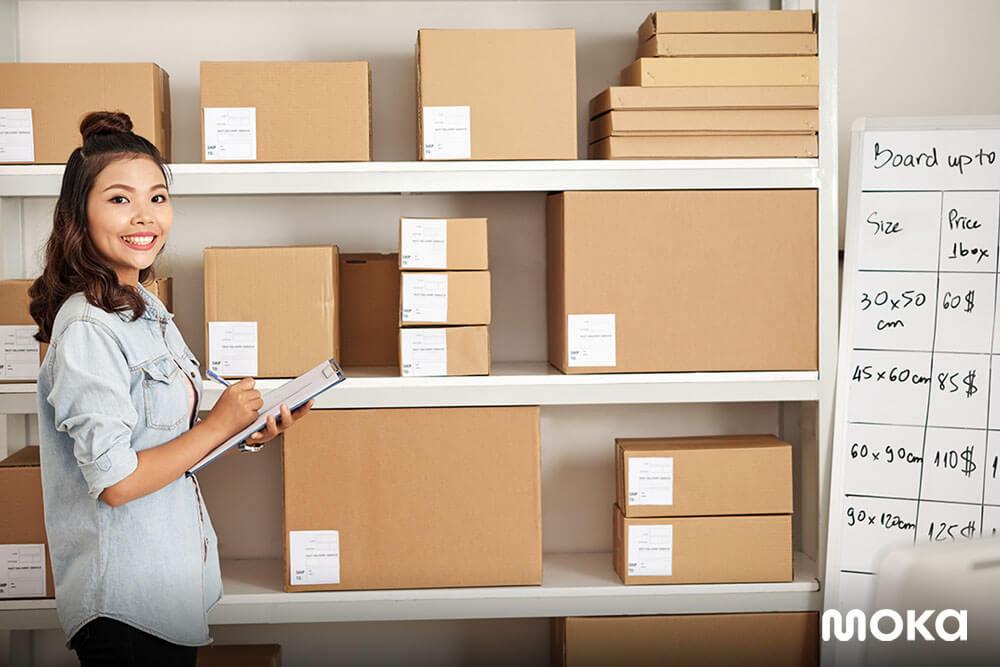 menegcek ketersediaan stok di gudang - Apa Itu Stock Opname dan Mengapa Penting untuk Bisnis?