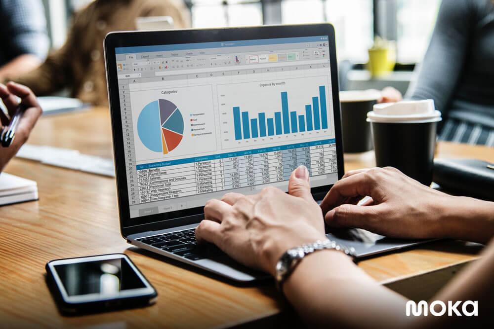 mengecek laporan penjualan dengan menganalisis data - Manfaat Aplikasi Kasir untuk Bisnis Kecil dan Menengah - kasir toko portable