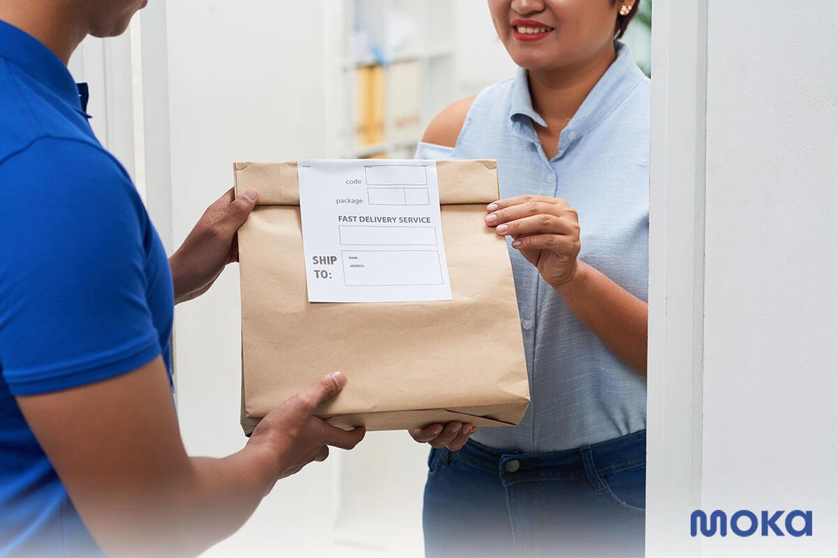 menerima paket dengan memerhatikan protokol kebersihan (2) - kemasan produk