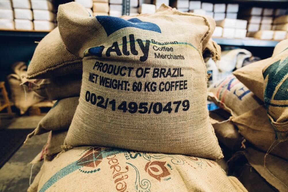 mengecek ketersediaan bahan baku pembuat kopi dengan aplikasi gudang - manajemen inventaris bisnis