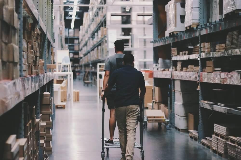 mengecek ketersediaan inventaris - manajemen inventaris bisnis