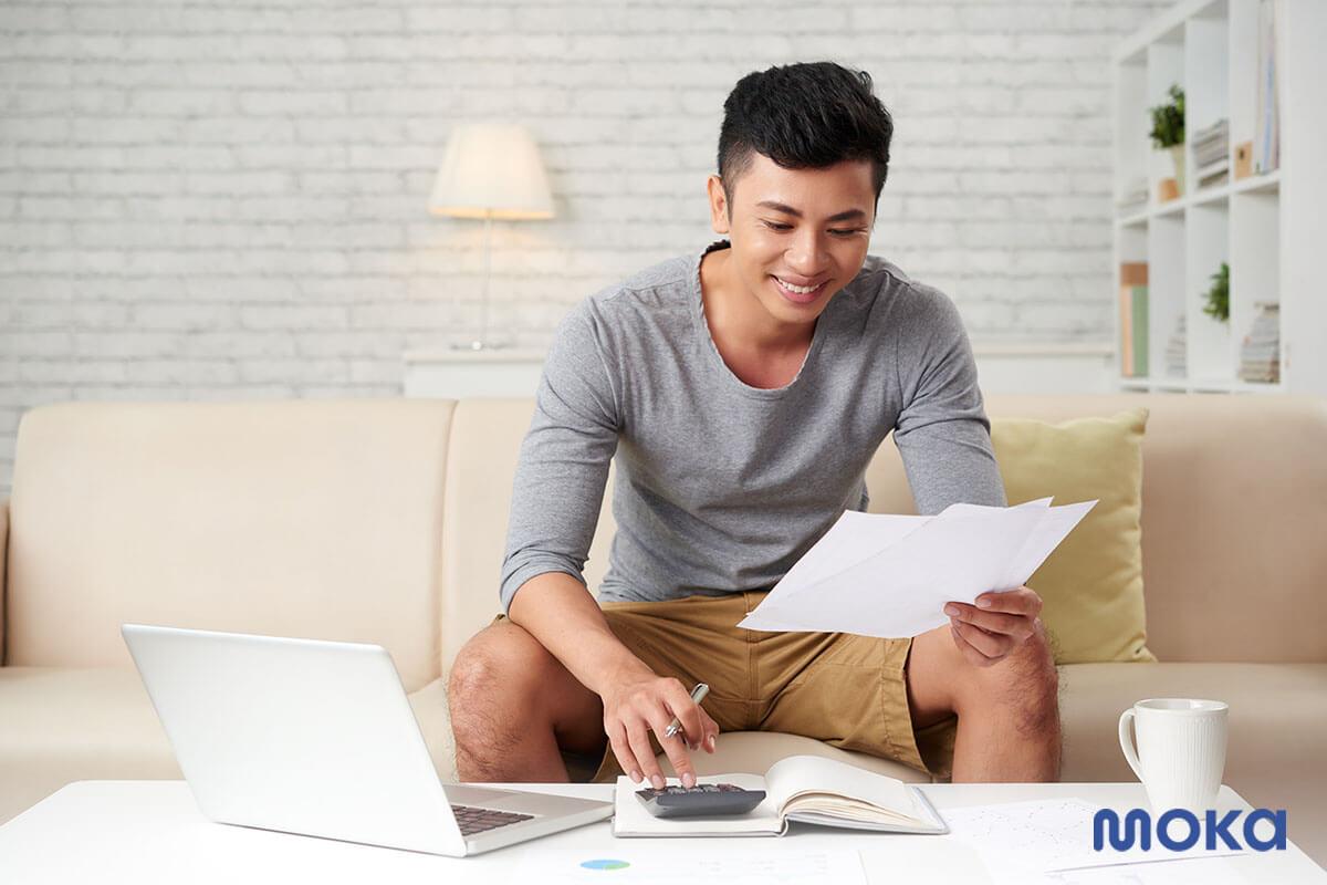 mengecek laporan keuangan - jurnal umum dalam akuntansi