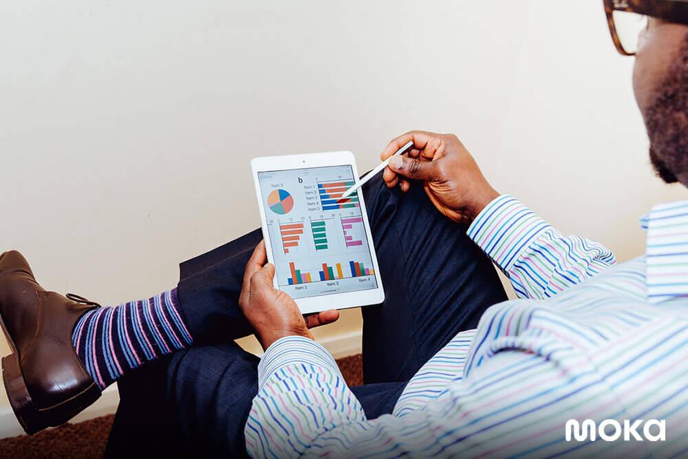mengecek laporan penjualan bisnis (1)