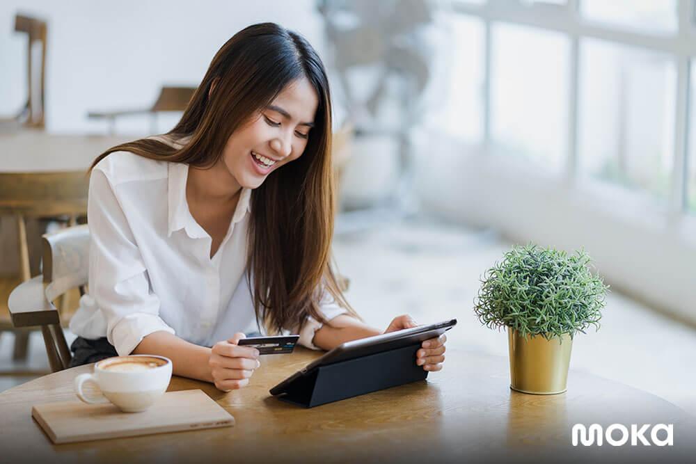 mengecek laporan penjualan dari aplikasi kasir gratis - tips merekrut akuntan terbaik