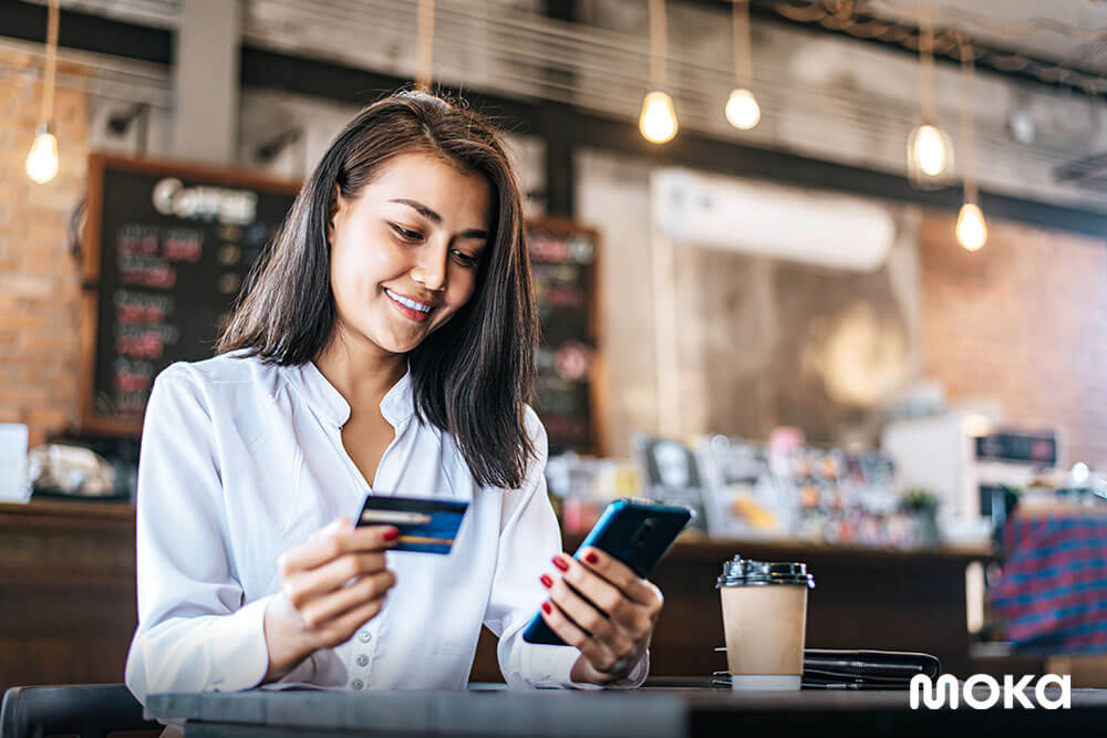 menggunakan kartu kredit atau debit untuk membayar belanjaan - 9 Cara Ampuh Tingkatkan Loyalitas Pelanggan-customer database