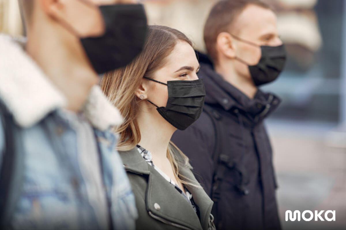 menggunakan masker ketika bekerja di luar rumah