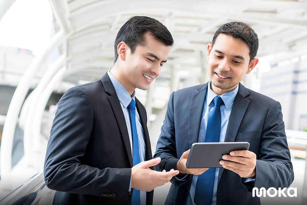 menggunakan pembayaran digital dan mendukung cashless society - karyawan bisnis