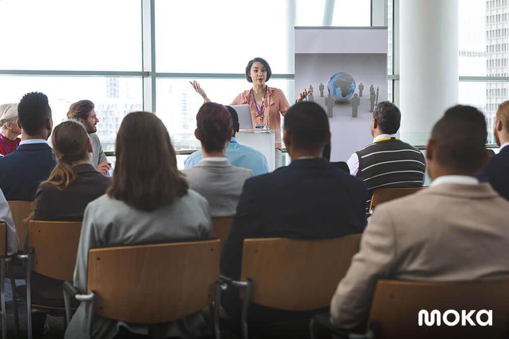 mengikuti seminar bisnis - menjadi pemimpin yang baik
