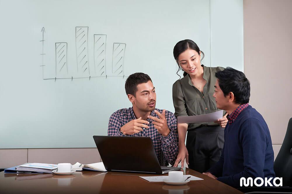 menjalani meeting di kantor (2)