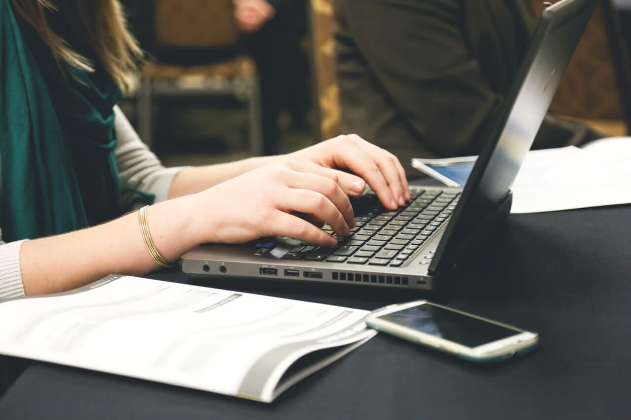 menulis - laptop
