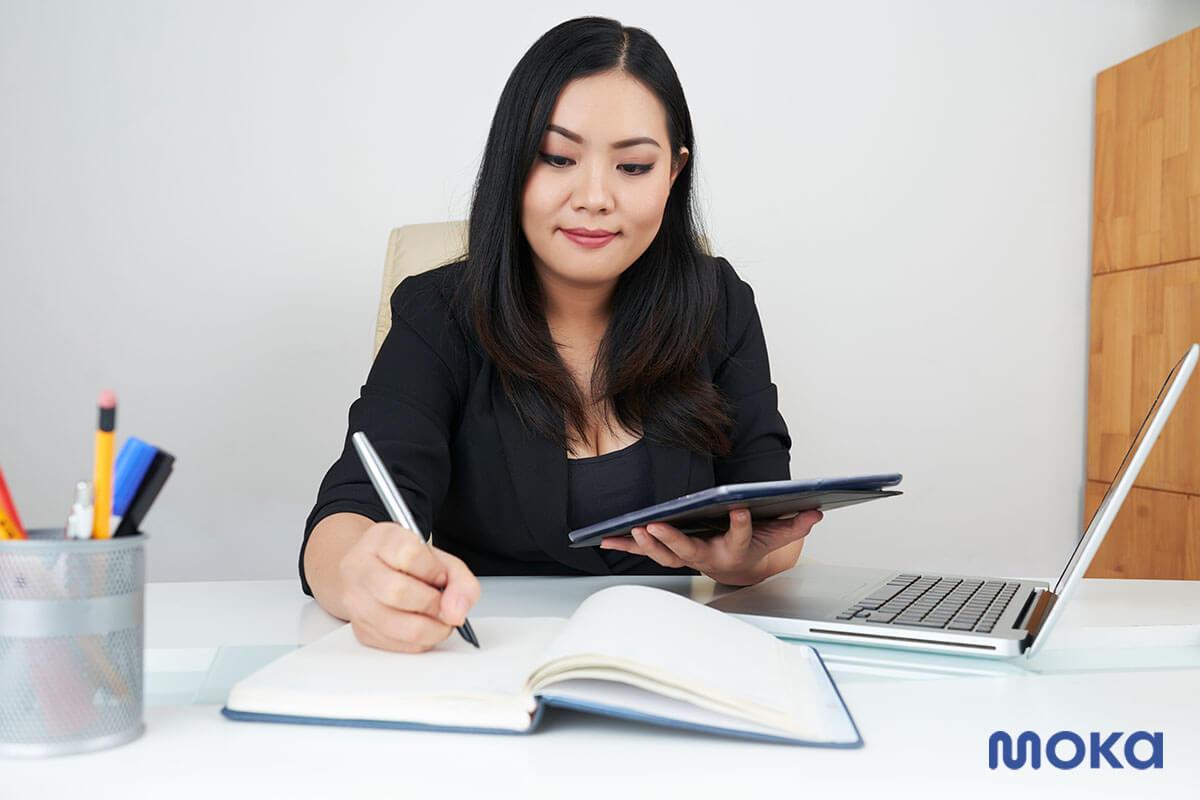 pebisnis - pengusana - bekerja di kantor (1)