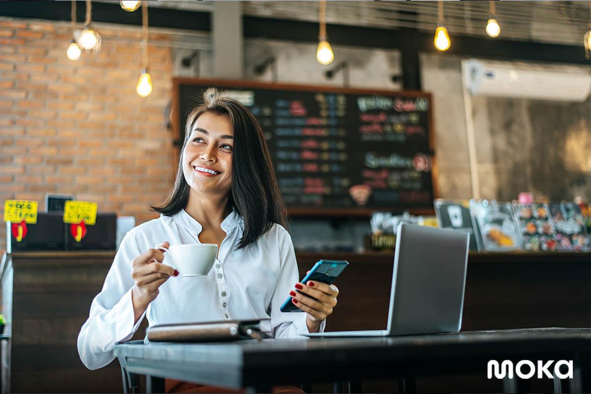 pelanggan duduk di kedai kopi - Pelajaran Berharga soal COVID-19