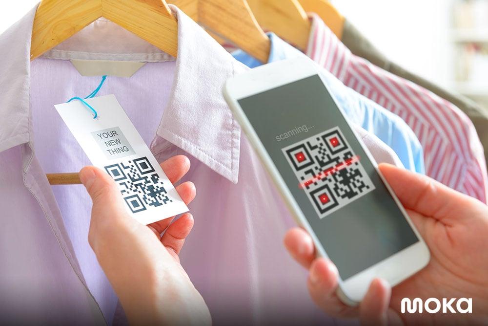 pembayaran digital dengan scar QR code di name tag - tren mobile payment di Indonesia