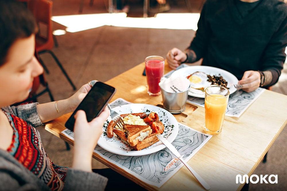 perlengkaan bisnis food truck berupa meja kursi sendok garpu piring