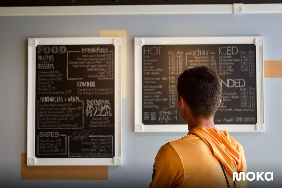 seorang pelanggan melihat menu restoran
