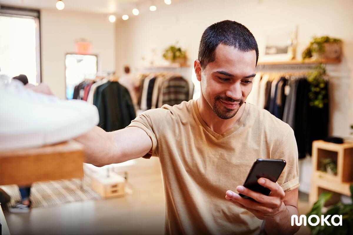 seorang pelanggan sedang berada di toko sepatu - cara menarik pelanggan bisnsi online